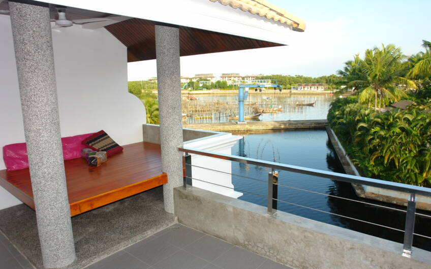 Boat Lagoon – Waterfront 3-Bedroom Terrace House with Boat Berth